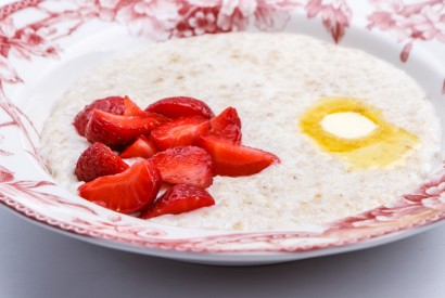 Oatmeal with milk and fresh berries