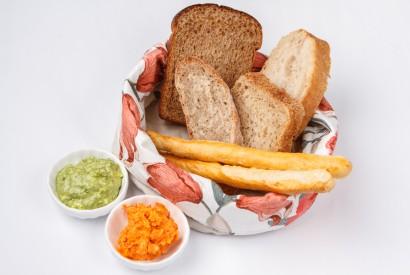 Хлеб: пшеничный, чиабатта, гриссини с зелёным и перечным маслом