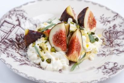 Fig with stracciatella and pistachos