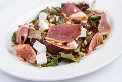 Салат с фигами, уткой и брынзой