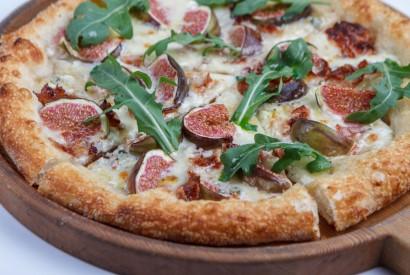 Пицца с инжиром, панчеттой и горгонзолой